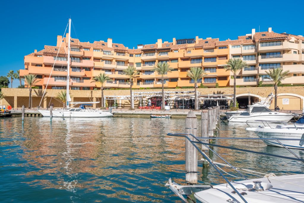 Sotogrande, Gorgeous corner apartment with magical views of the marina for sale in the exclusive development of Ribera del Marlín, Sotogrande
