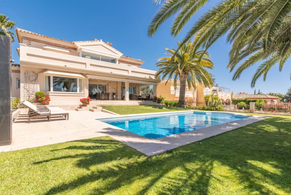 Nueva Andalucia, Meticulously refurbished west facing villa with golf views for sale in Los Naranjos Golf, Nueva Andalucia, Marbella