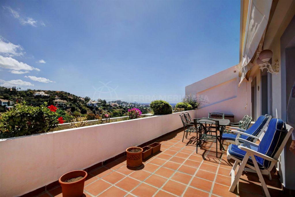 Benahavis, Elegantly presented 3 bedroom apartment for sale in Mirador de La Quinta, Benahavis
