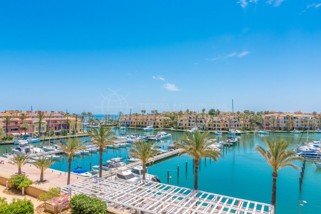 Sotogrande, Modern and sophisticated south-facing apartment with endless vistas over the marina for sale in Ribera del Marlin, Sotogrande