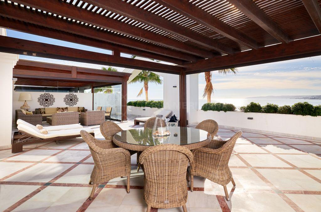Estepona, Ático de lujo frente al mar con un mágico panorama a la venta en la exclusiva urbanización Doncella Beach, Estepona