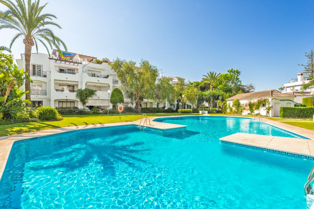 Estepona, Meticulously remodelled penthouse with enormous solarium for sale in the beachside development of Sun Beach, Costalita, Estepona