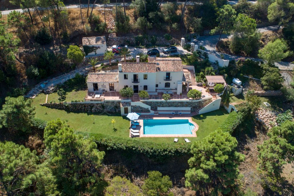 Benahavis, Chic country-style villa with unrivalled panoramic mountain views for sale in El Madroñal, Benahavis