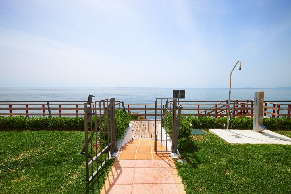 Estepona, Recently renovated townhouse with solarium in the beachfront community of El Pirata, New Golden Mile, Estepona