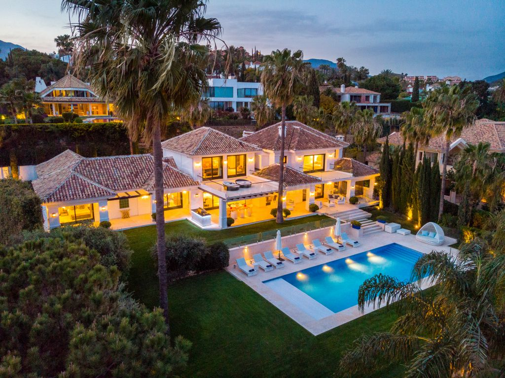 Nueva Andalucia, Classic and timeless contemporary villa with separate apartment for sale in La Cerquilla, Nueva Andalucia, Marbella