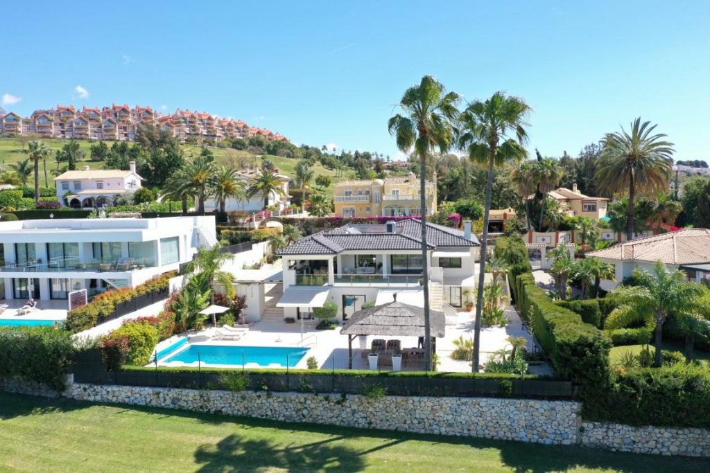 Nueva Andalucia, Cutting-edge frontline golf villa with a wide panorama for sale in Los Naranjos Golf, Nueva Andalucia, Marbella