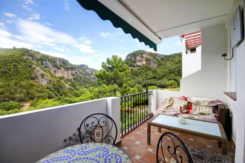 Benahavis, 2 bedroom apartment for sale in superb condition with garage and storage room in Las Mozas, Benahavis