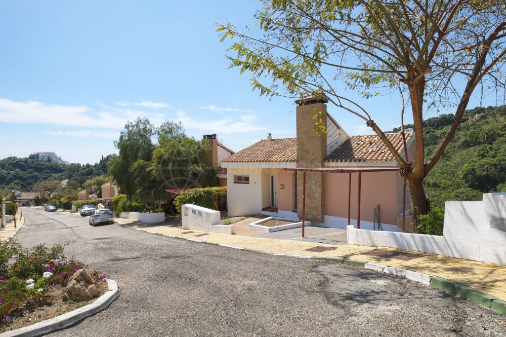 Estepona, Spacious 3 bedroom townhouse in a quiet cul-de-sac with mountain views for sale in Forest Hills, Estepona