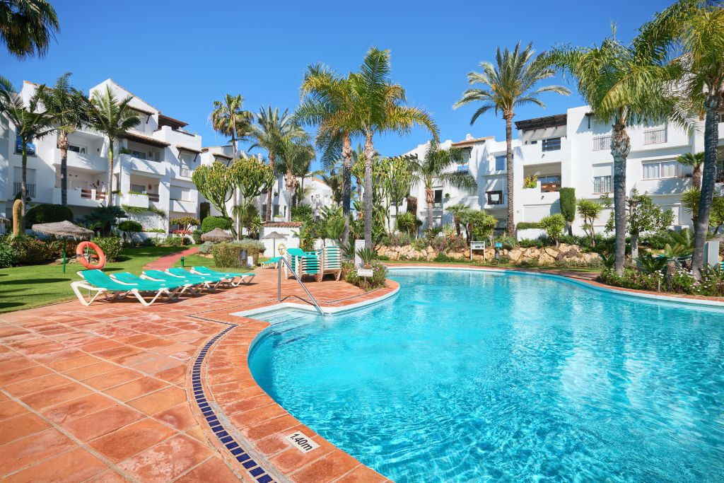 Estepona, Fully remodelled apartment walking distance to all amenities for sale in the quiet beachfront development of Costalita, Estepona