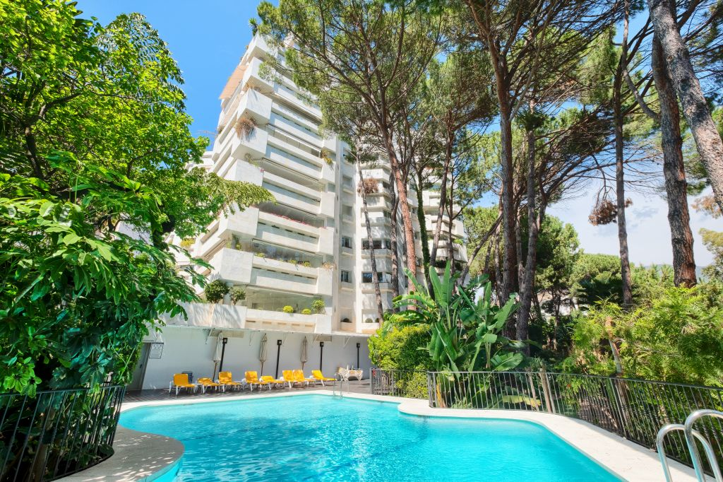 Marbella Golden Mile, Light-filled beachside luxury apartment next to the 5* Hotel Gran Melia Don Pepe for sale on the Marbella Golden Mile