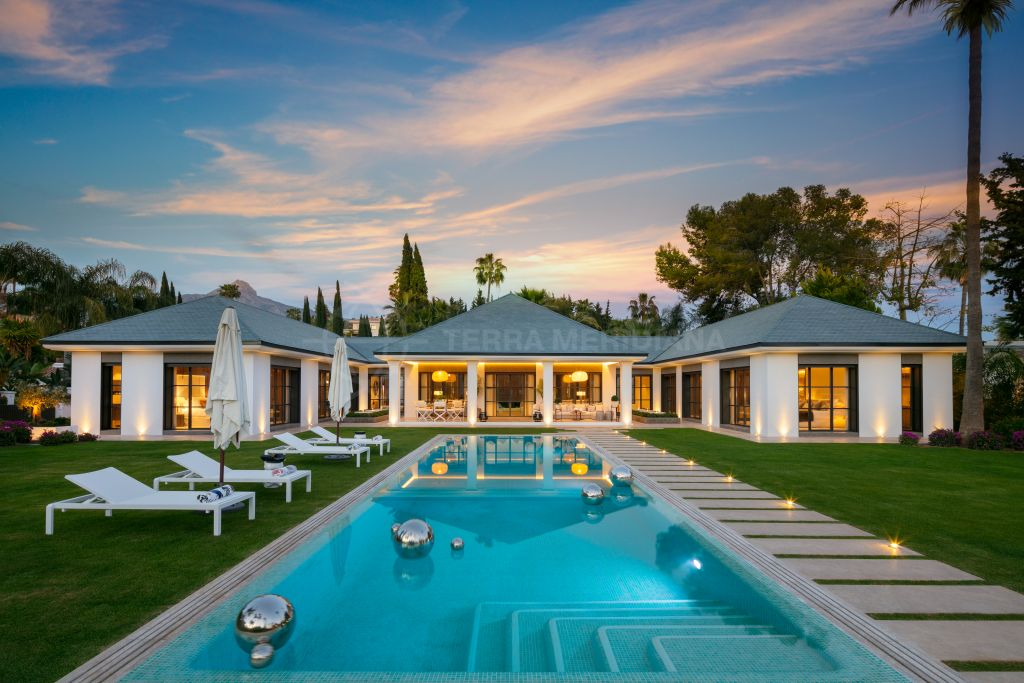 Nueva Andalucia, Front line golf cutting-edge modern villa of architectural simplicity for sale in Las Brisas, Nueva Andalucia, Marbella
