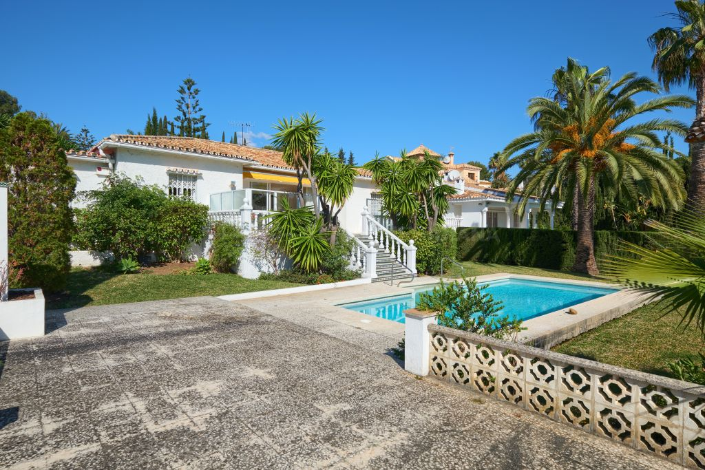 Estepona, Single storey villa with excellent development potential for sale in the prime neighbourhood of Urb. Finca Pernet, Nueva Atalaya, Estepona