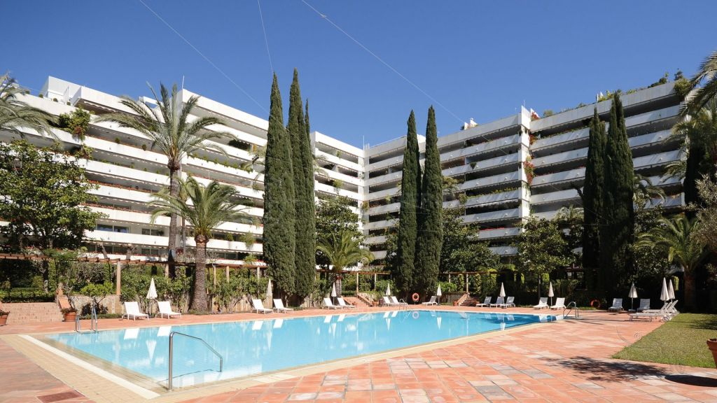 Marbella Town, Large first floor apartment for sale in the emblematic second line beach complex of Don Gonzalo, Marbella