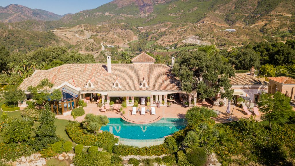 Benahavis, Elegant and luxurious villa with staff apartment in the ultra-prestigious community of La Zagaleta, Benahavis