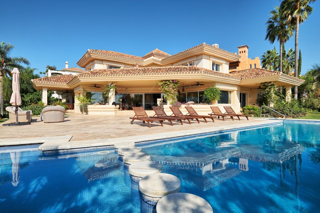 Nueva Andalucia, Large rustic style villa with panoramic vistas for sale in the sought after neighbourhood of La Cerquilla, Nueva Andalucia, Marbella
