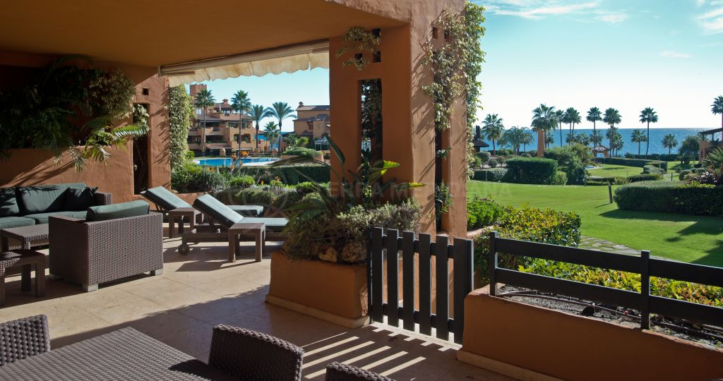 Estepona, Fantastic 3 bed ground floor apartment for sale in Los Granados del Mar with sea views