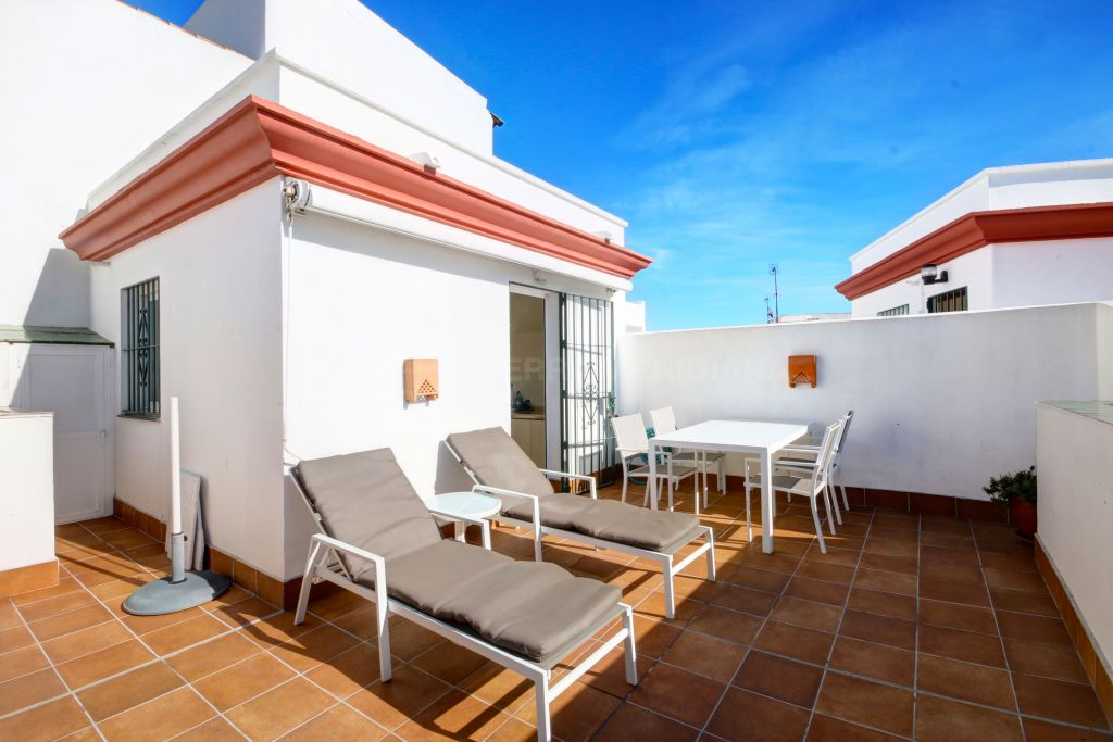 Estepona, Townhouse for sale in excellent condition, with private garage in a gated community 100 m from the beach
