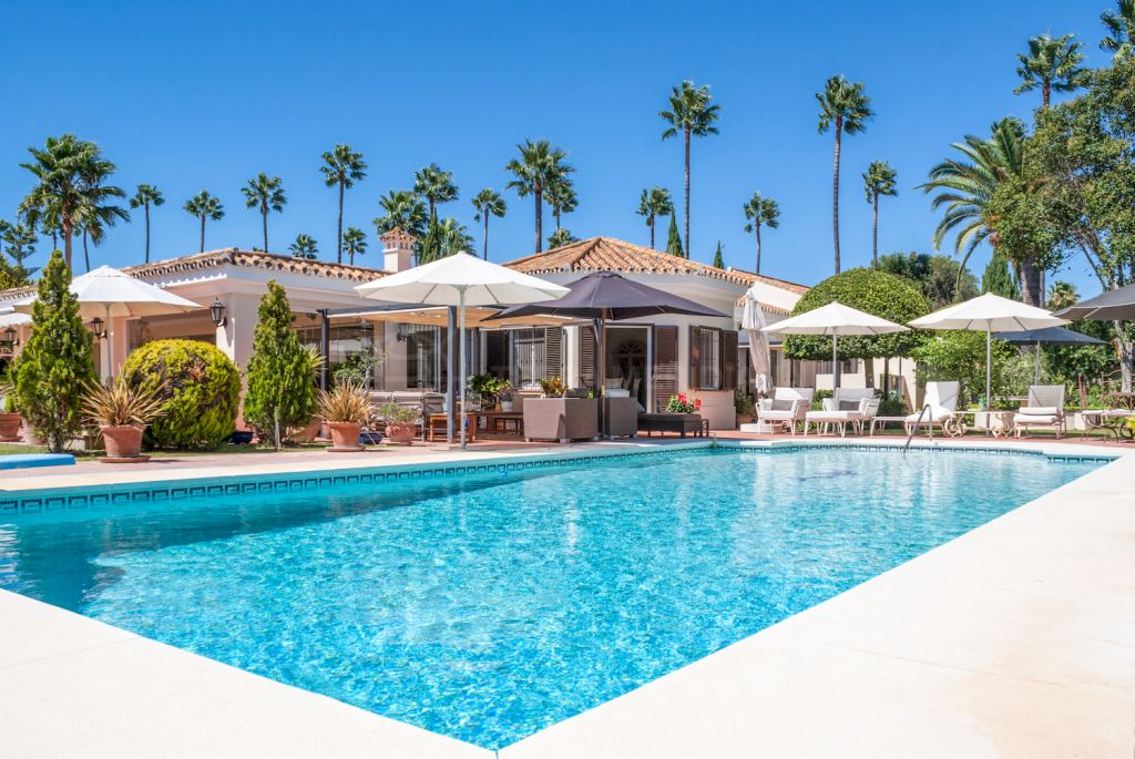 Sotogrande, Upscale south facing villa overlooking the Real Club de Golf Sotogrande for sale in the premium neighbourhood of Reyes y Reinas, Sotogrande