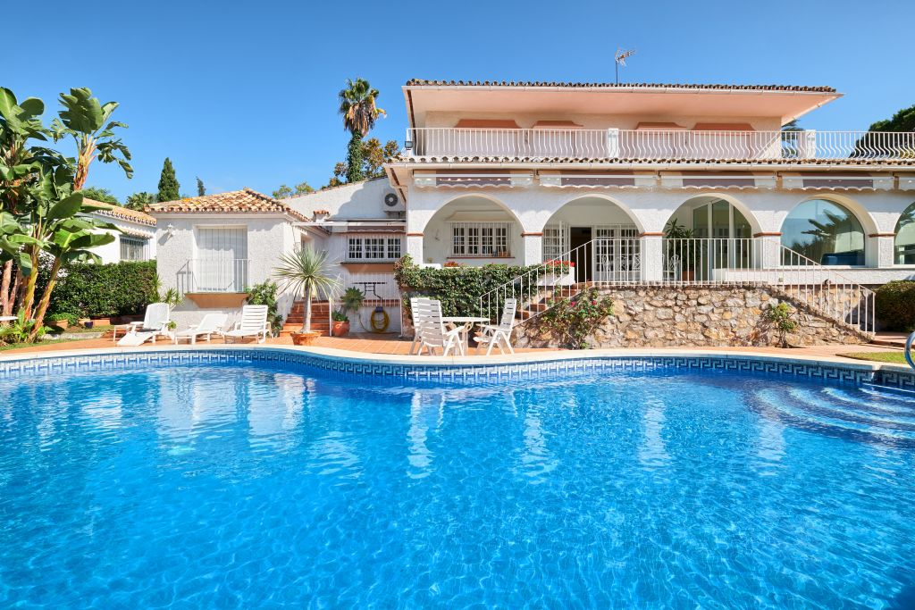 San Pedro de Alcantara, Beautiful front line golf 4 bedroom villa with scope for renovations in a quiet cul-de-sac for sale in Guadalmina Alta, San Pedro de Alcantara