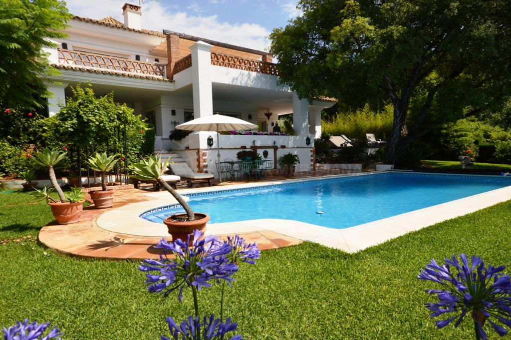 Marbella Golden Mile, Spacious villa for sale in one of the coast´s most prestigious neighbourhoods, Altos Reales, Marbella Golden Mile