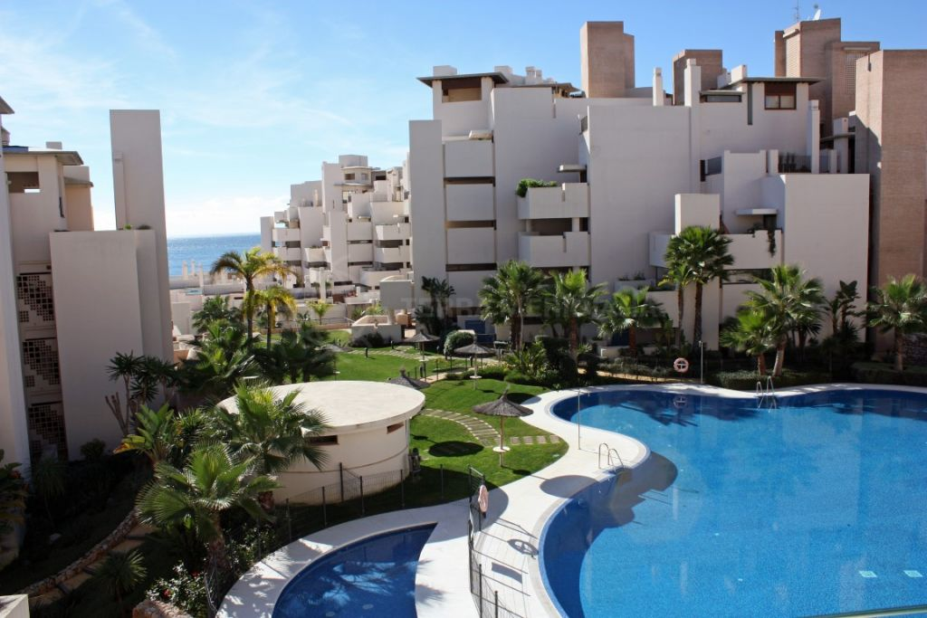 Estepona, Luxury 2 bedroom middle floor apartment for sale in the exclusive beachfront development of Bahia de la Plata, Estepona