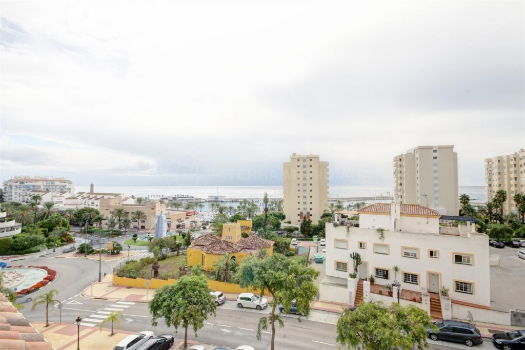 Estepona, Duplex penthouse for sale in the gated community of Puerto Alto, with sea views and views to the marina