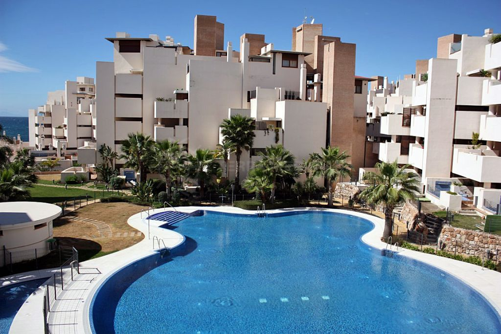 Estepona, Luxurious 3 bedroom apartment with sea views for sale in the exclusive frontline beach development of Bahia de la Plata, Estepona