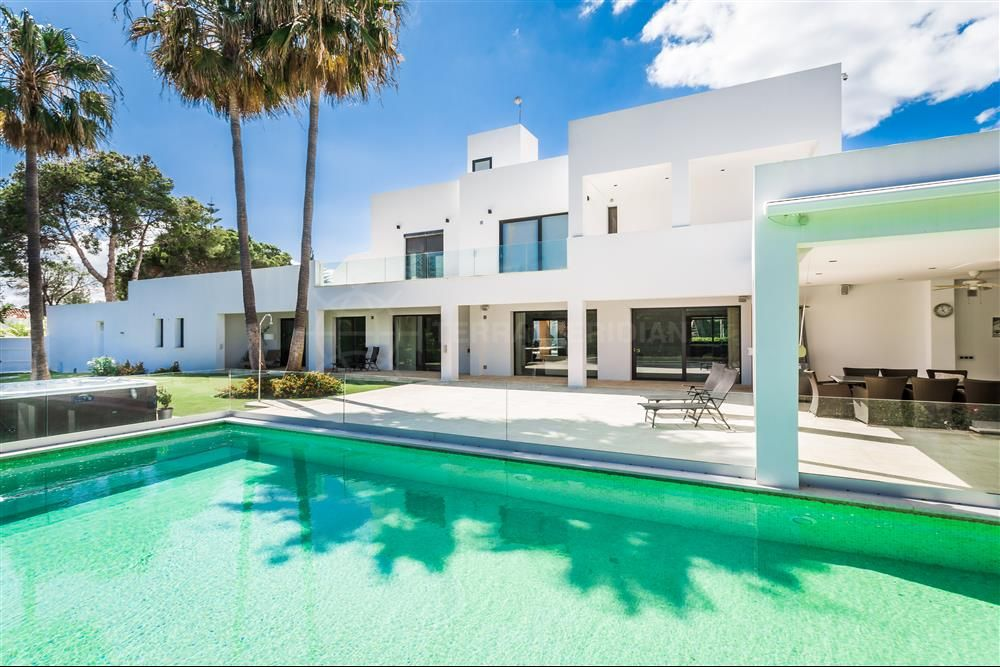 Estepona, Exceptional modern beachside villa with guest apartment for sale in Atalaya, Estepona