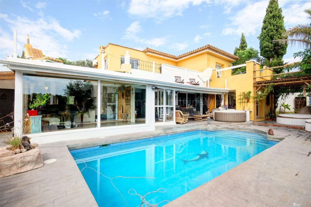 Estepona, Large villa for sale with private pool and sea views situated front line golf, Estepona Golf