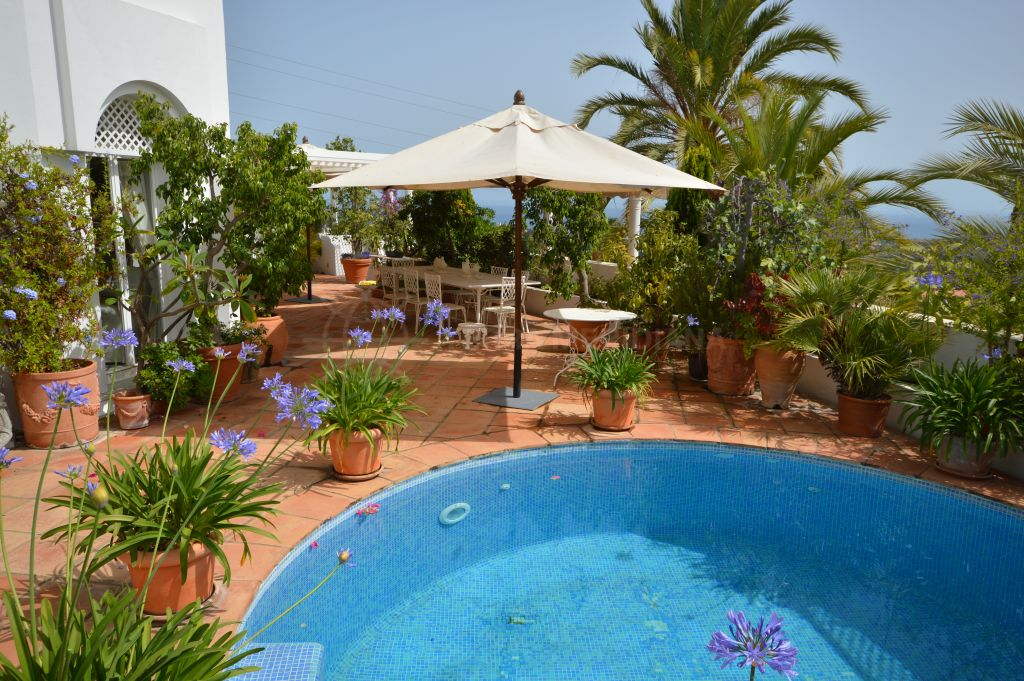 Marbella Golden Mile, Beautiful 3 bedroom apartment with extensive views and private plunge pool for sale in Jardines Colgantes, Marbella Golden Mile