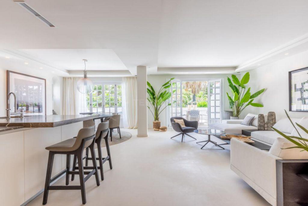Marbella Golden Mile, Refined 4 bedroom duplex penthouse for sale in the iconic Puente Romano, Marbella Golden Mile