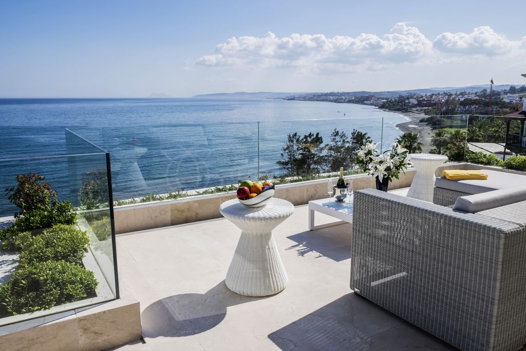 Estepona, Spectacular front-line beach penthouse with expansive sea views for sale in Les Rivages, Estepona Playa, Estepona