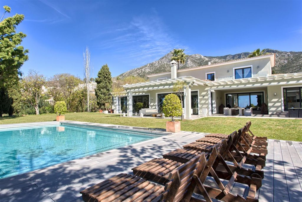 Marbella Golden Mile, Elegant and stunning villa for sale in the highly prestigious Marbella Hill Club, Marbella Golden Mile