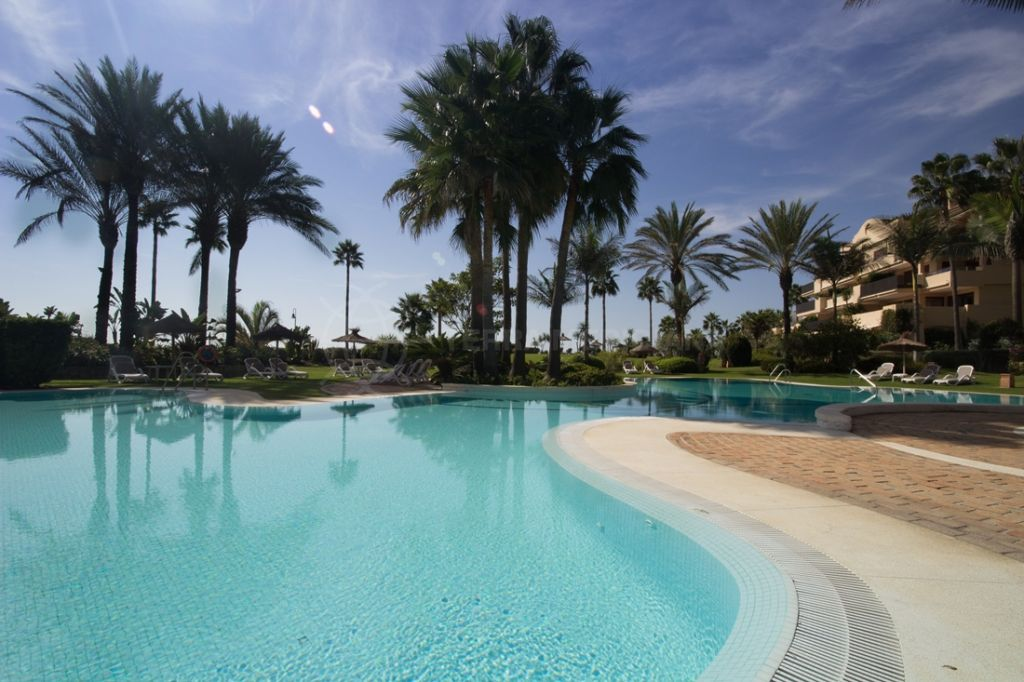 Estepona, Elegant front-line beach penthouse with private pool and large solarium for sale in Costalita del Mar, Estepona