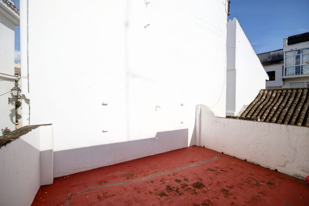 Estepona, Large townhouse for sale with access onto 2 streets, with possibility of a garage and close to the beach