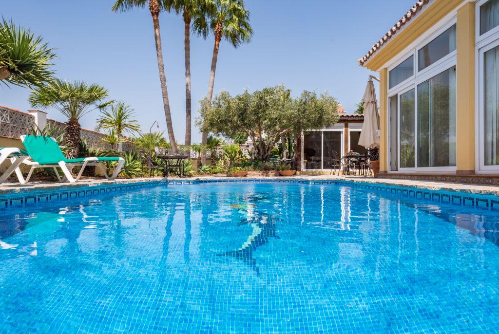 Estepona, Family villa for sale with private swimming pool in Buenas Noches, Estepona