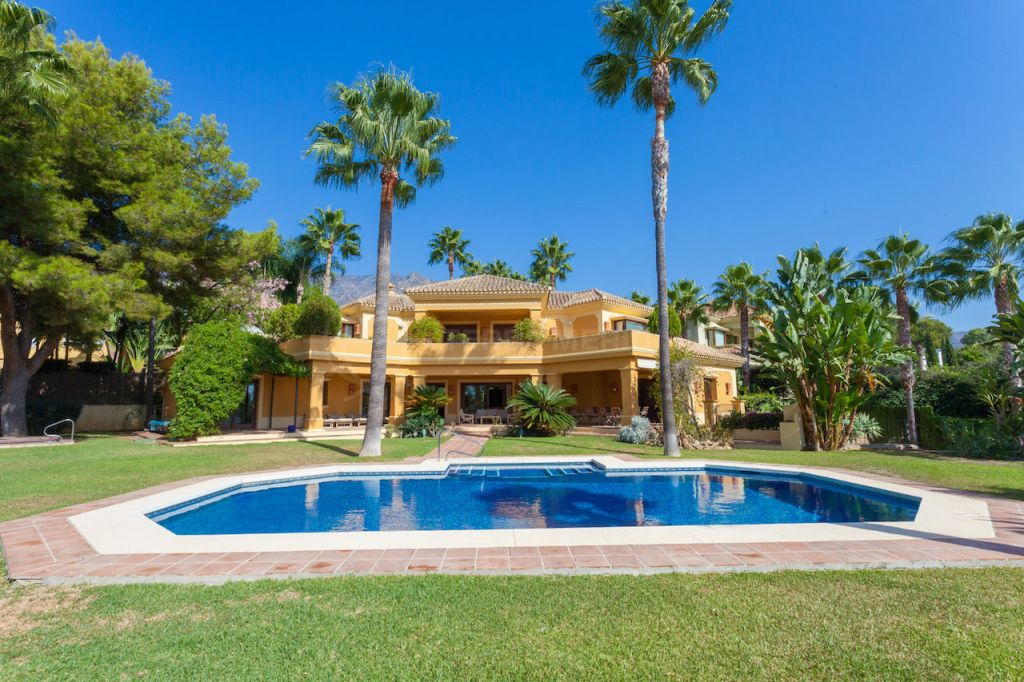 Marbella Golden Mile, Spacious modern villa in an exclusive neighbourhood for sale in Altos Reales, Marbella Golden Mile