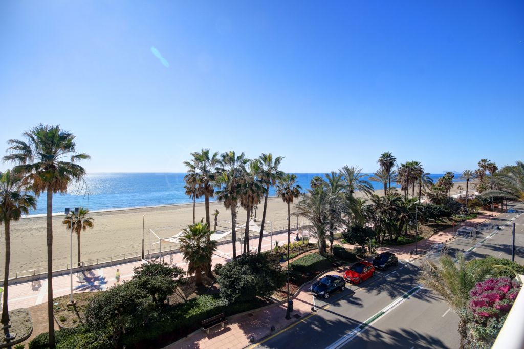 Estepona, Beautiful apartment with front line sea views in Estepona Centre, situated between Estepona centre and Estepona Marina.