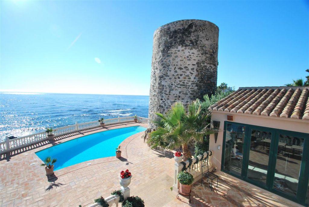 Mijas Costa, One-of-a-kind beachfront villa with panoramic views for sale in Sitio de Calahonda, Mijas Costa