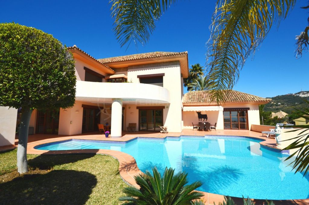 Marbella East, Spacious and immaculate villa with enviable golf and sea views for sale in Rio Real, Marbella East