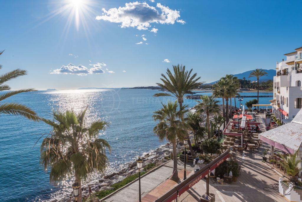Marbella - Puerto Banus, Apartamento de lujo frente al mar con vistas panorámicas a la venta en Benabola, Puerto Banús, Marbella
