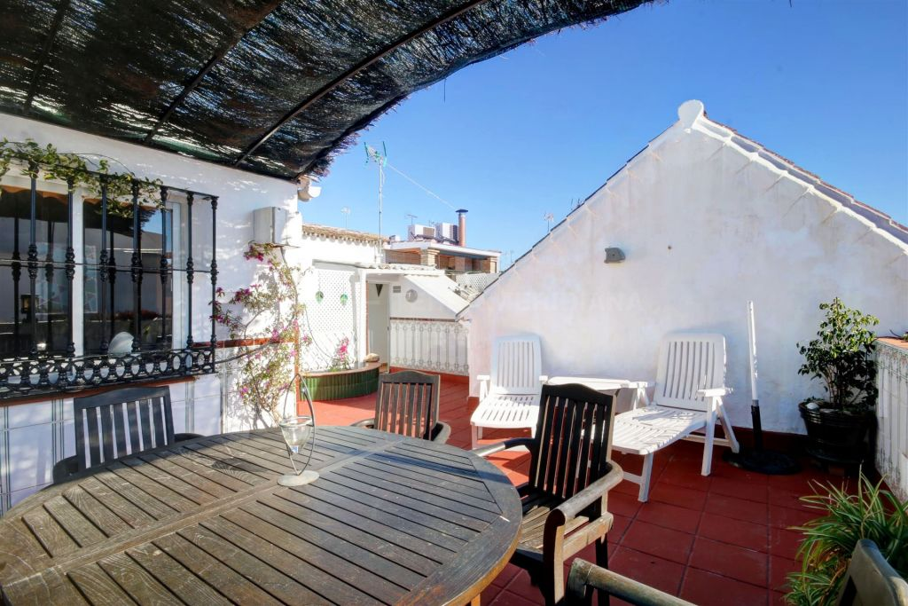 Estepona, Townhouse for sale in great central location, with private solarium and south-facing in Estepona old town