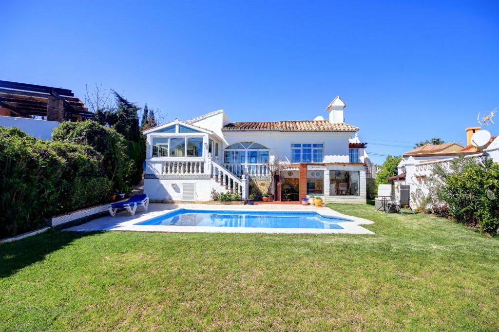 Estepona, Family villa for sale in established community of Buenas Noches, with private pool and sea views.