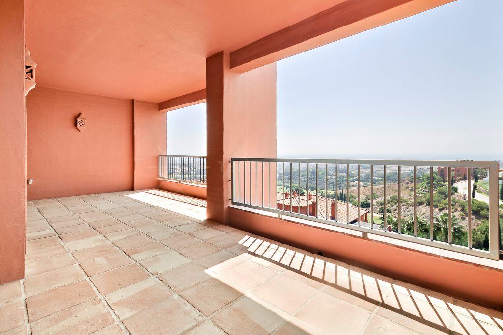 Benahavis, Luxurious contemporary-style second floor apartment with expansive sea views for sale in Royal Flamingos, Benahavis