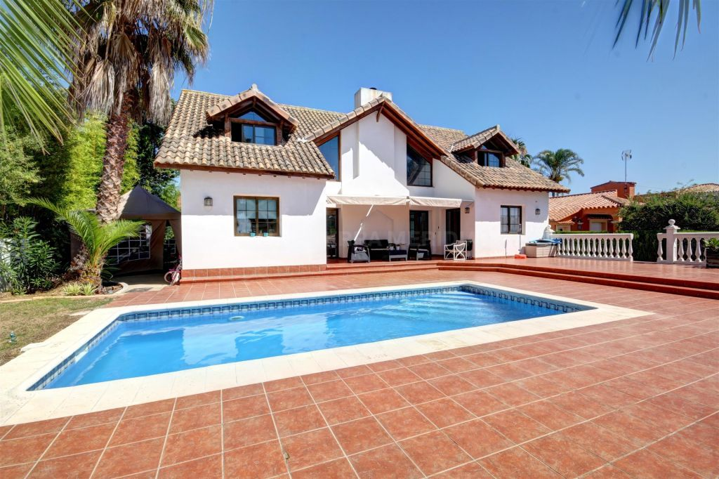 Estepona, Family villa for sale in Sun Park Costalita, 100m from the Beach with private pool
