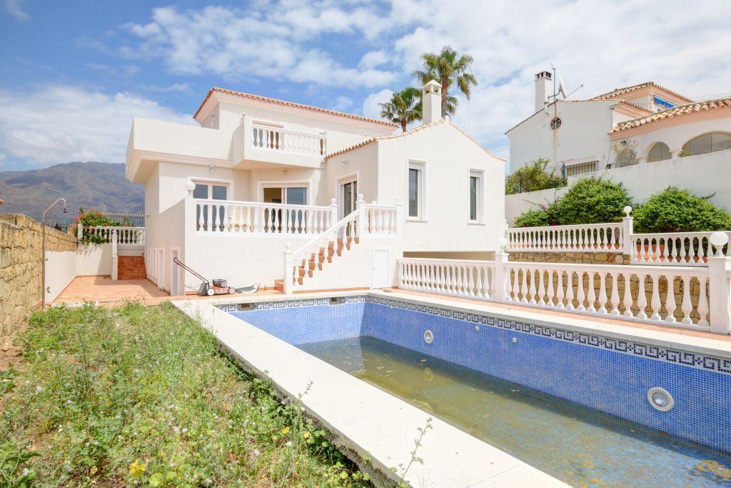 Estepona, Villa independiente en venta, con piscina privada y vistas al mar en Seghers, Estepona