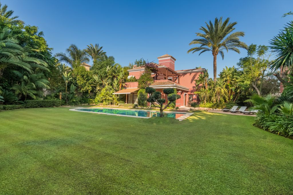 Marbella Golden Mile, Exceptional luxury villa in a prestigious location for sale in Altos de Puente Romano, Marbella Golden Mile