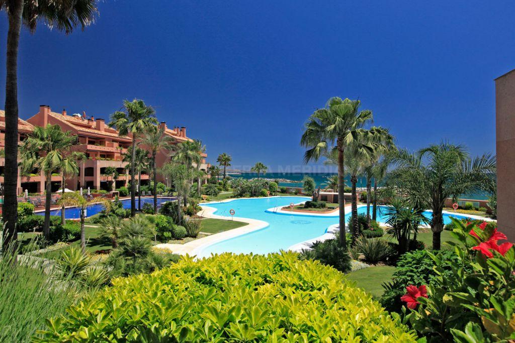Marbella - Puerto Banus, Lujoso apartamento en planta baja junto a la playa con jardín privado en venta en Malibú, Puerto Banús, Marbella