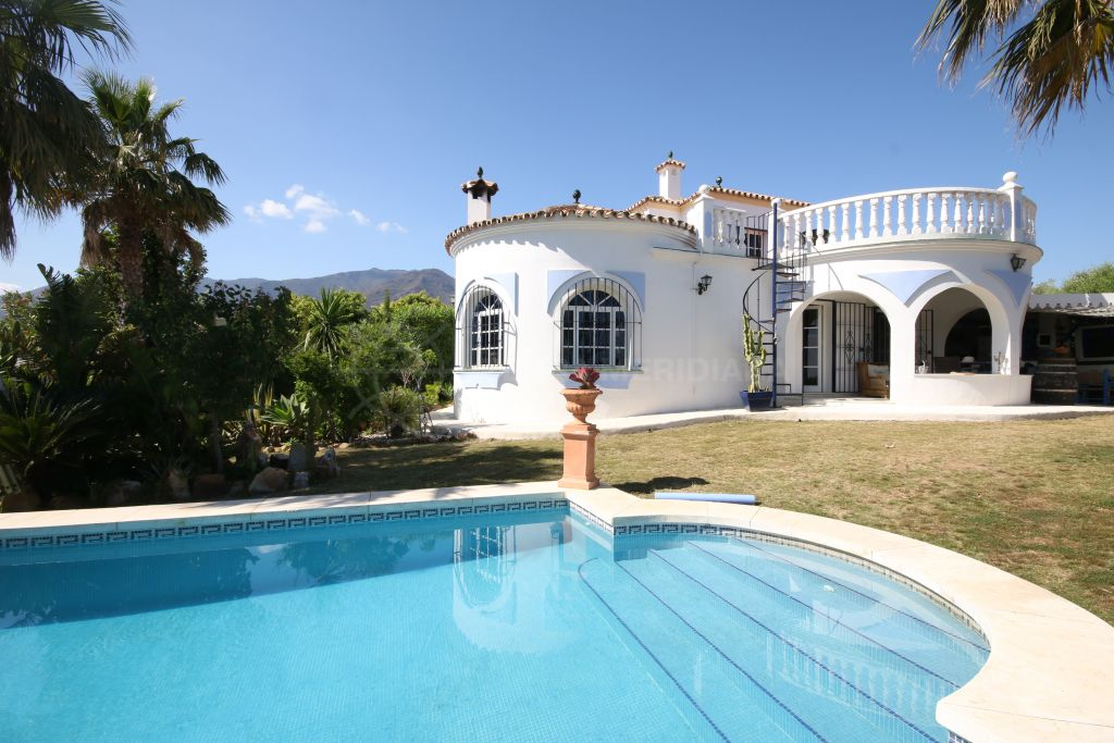 Estepona, Classic villa for sale in Valle Romano in Estepona, with private swimming pool and impressive sea views