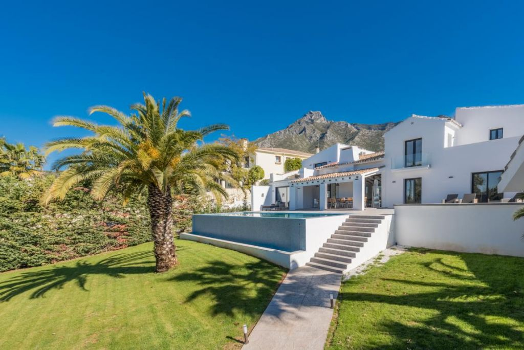 Marbella Golden Mile, Mediterranean style luxury villa with unparalleled views for sale in the privileged Marbella Hill Club, Marbella Golden Mile